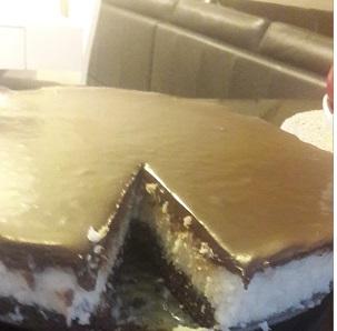 עוגת קוקוס עשירה טעימה והדוקה כמו שאוהבים חובבי ומביני עניין. גירסה חלבית עם הערות לגירסת פרווה. יוצא מושלם.