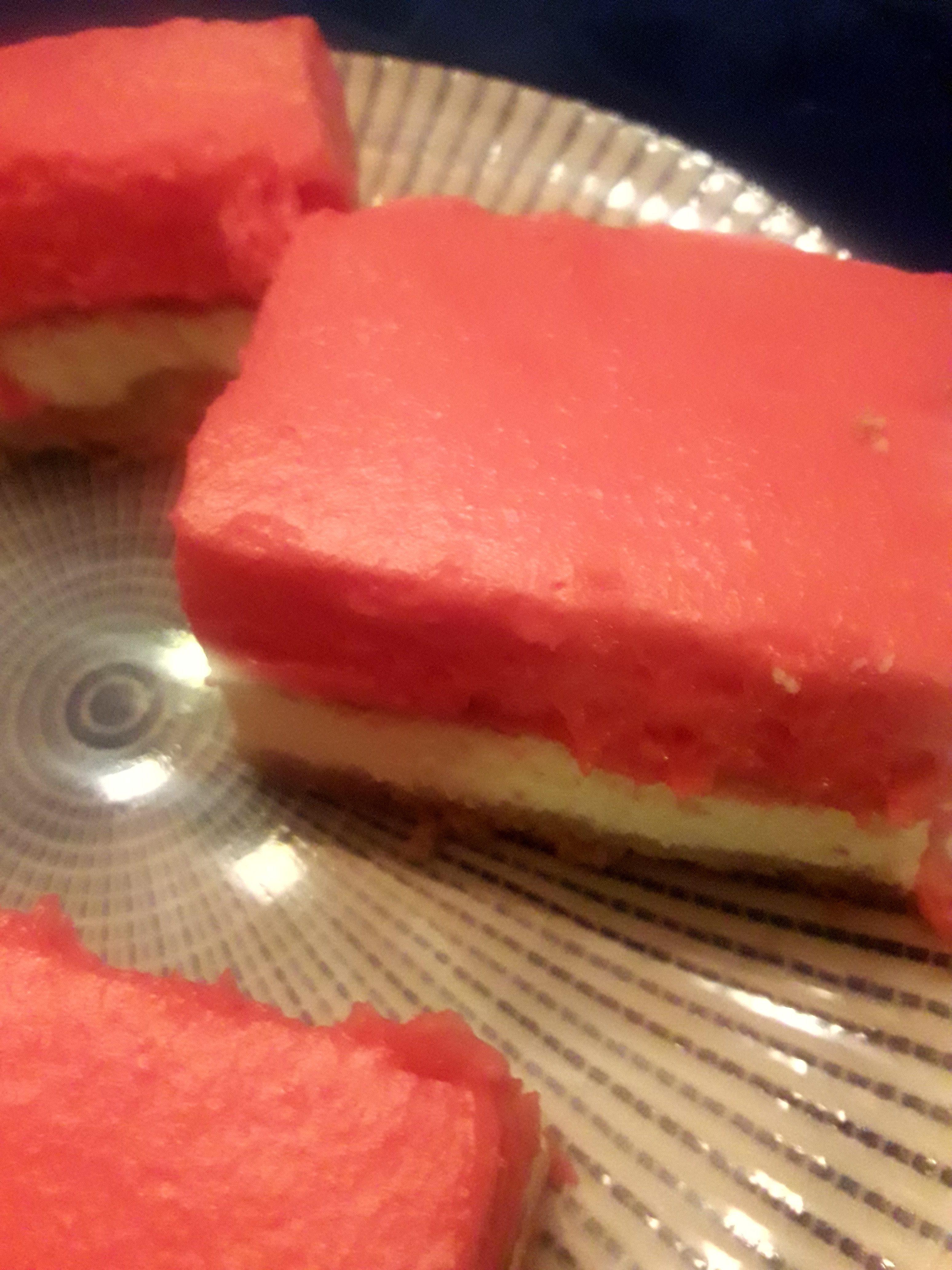 עוגת גבינה עם קרם דובדבנים שמטריפה את החושים.